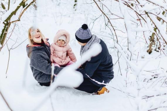 familia-joven-feliz-camina-bebe-calle-invierno-mama-papa-nino_78826-244